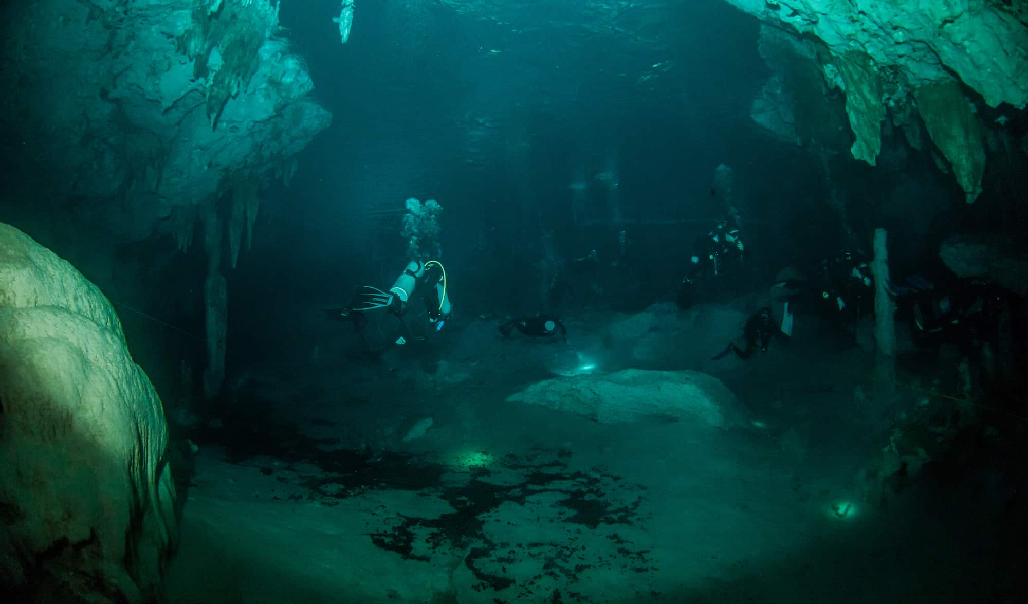 The Best Cave Diving Sites And Beginner Tips For Cave Diving - Scuba diving in Cenote Dos Ojos in Mexico 2